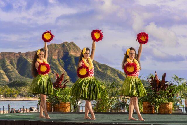 Royal-hawaiian-hotel-dining-aha-aina-traditional-dinner-show-2
