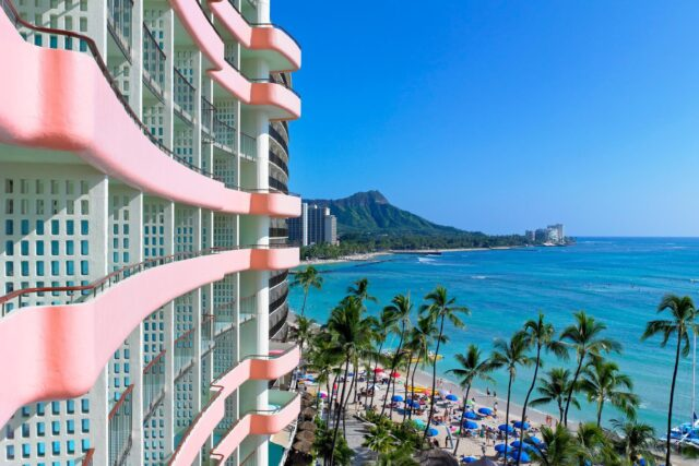 lux376ex-100606-royal-hawaiian-hotel-rooms-Mailani-Tower-Med