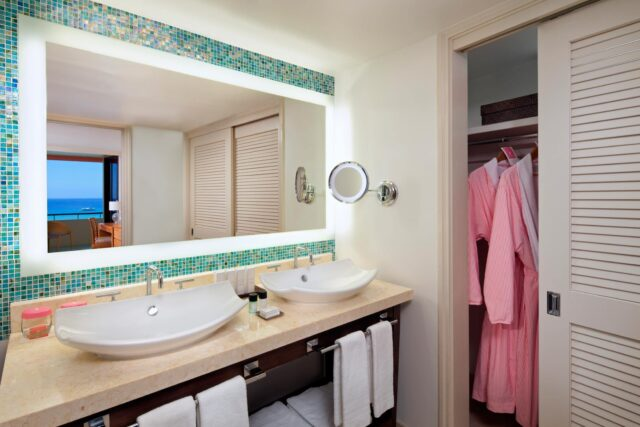 lux376gb-124832-royal-hawaiian-hotel-rooms-Mailani-Tower-Suite-Guest-Bathroom-Med