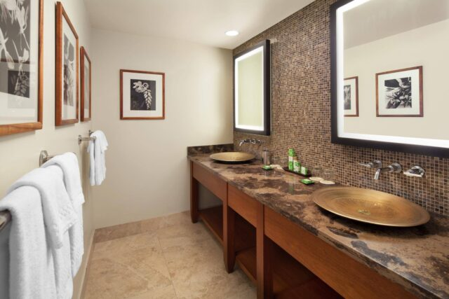 lux376gb-167915-Royal-Hawaiian-Suite-Bathroom-Med