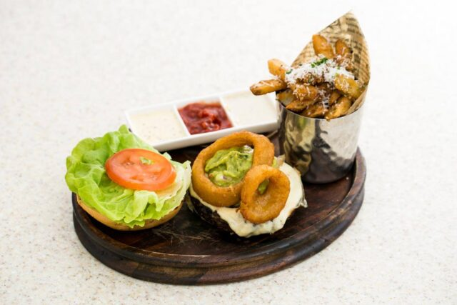royal-hawaiian-hotel-dining-in-room-order-all-day-dining-burger