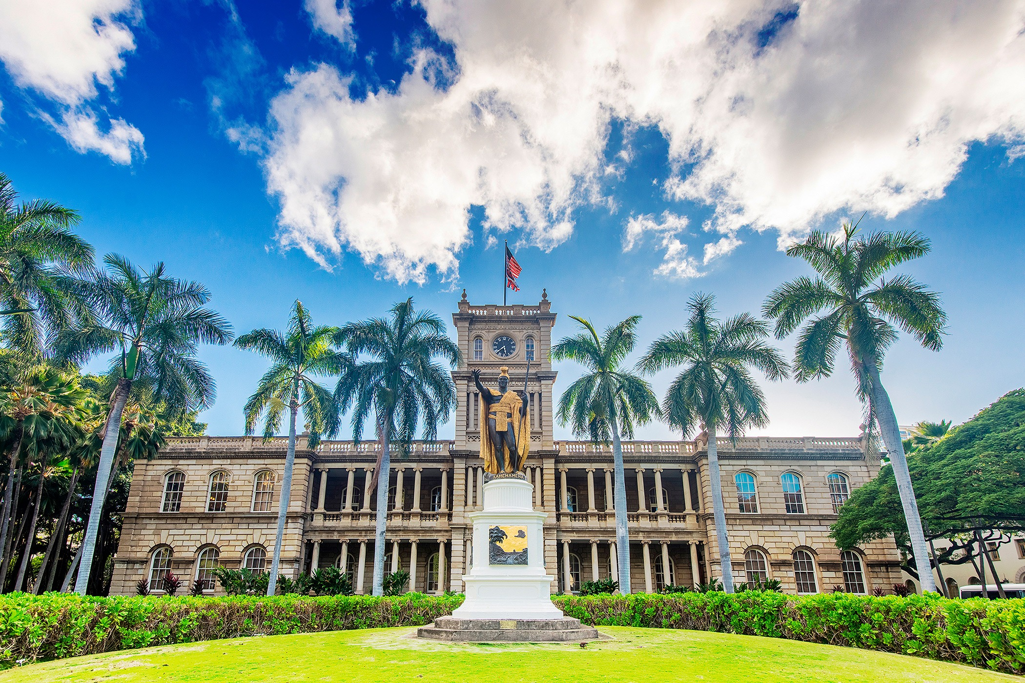 The-Royal-Hawaiian-Resort-Local-Attraction-iolani-palace